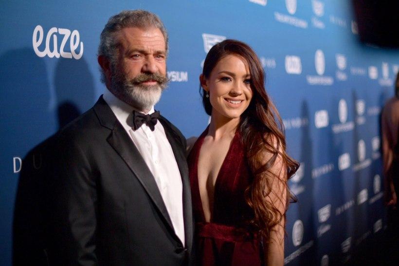 Võimsalt salenenud Mel Gibson poseeris koos noore pruudiga