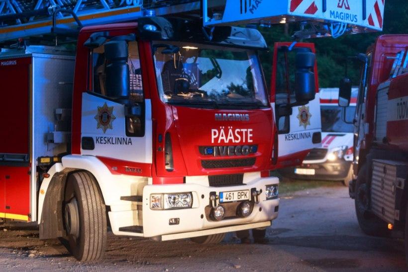 Päästjad tõid põlevast korterist välja kaks inimest