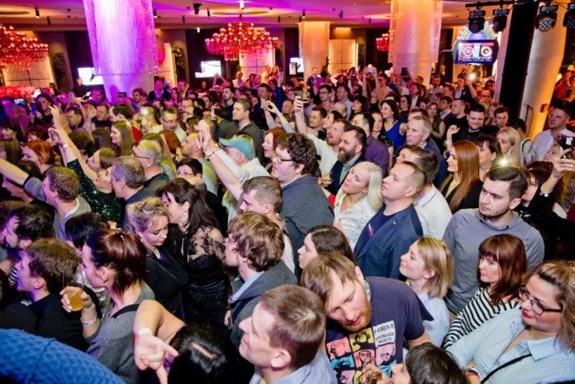 PEOGALERII | Venemaa kultusbändi juubelikontsert Tallinnas tõi kohale fännide hordid