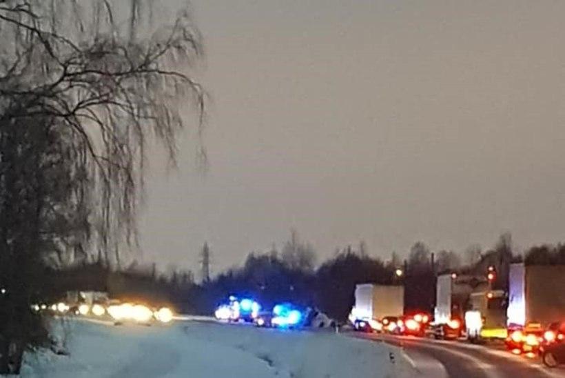 Suur-Sõjamäel sõitis veoauto kraavi: liiklus on häiritud