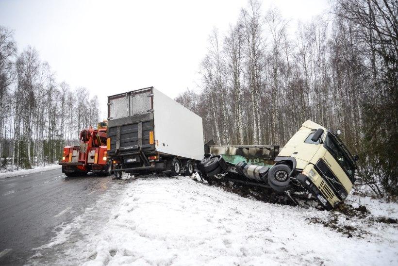 FOTOD JA VIDEO | Viljandimaal paiskus veoauto kraavi
