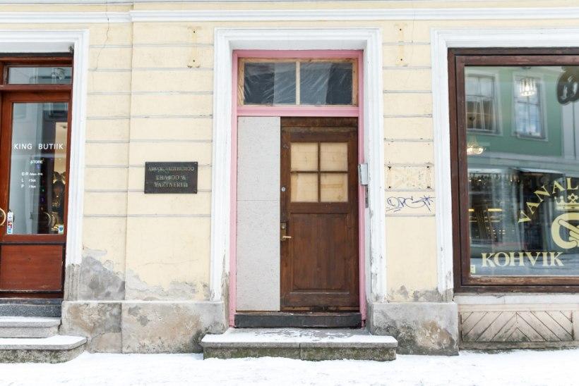 Hanna-Liina Võsa muusikakooli roosa uks võeti maha