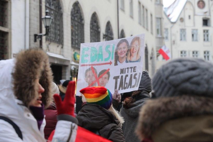 GALERII | Poliitiline naistelaine liikus läbi Tallinna vanalinna, pildile üritasid trügida ka poliitikud