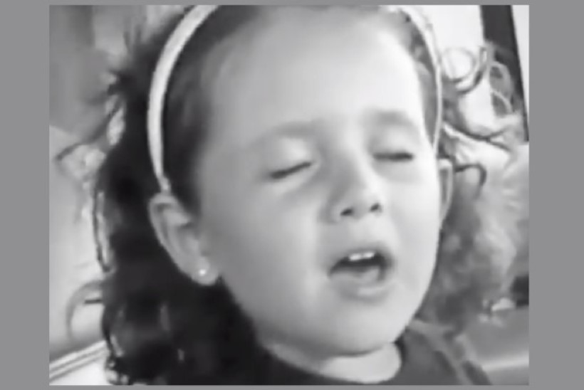 Ariana Grande üürgab plikapõlvevideol Céline Dioni häälega!