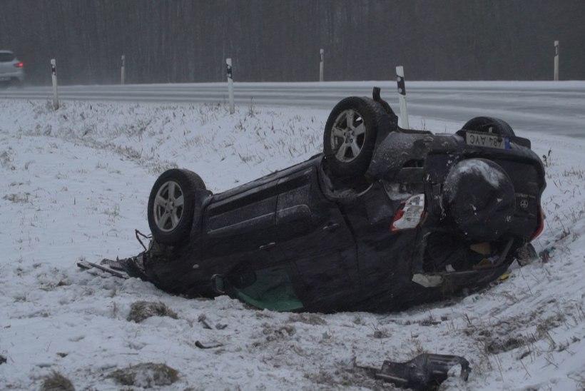 FOTOD | Ettevaatust, juhid! Marutuule ja libeda tee tõttu on mitu autot kraavi sõitnud