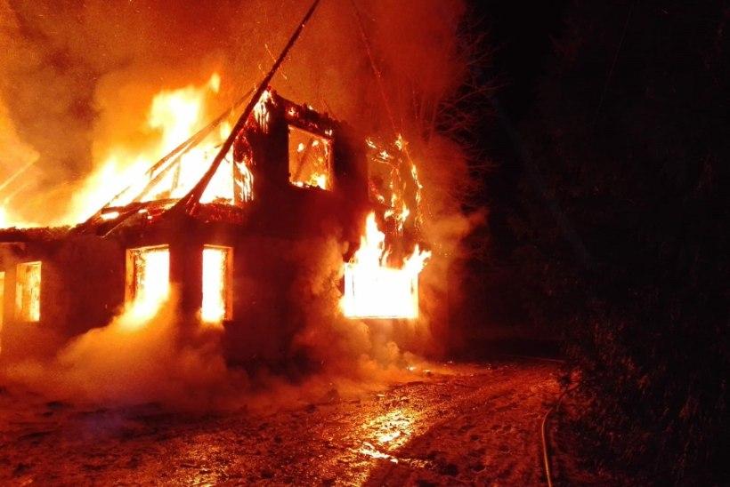 FOTOD | Tori vallas põles öösel maja lahtise leegiga