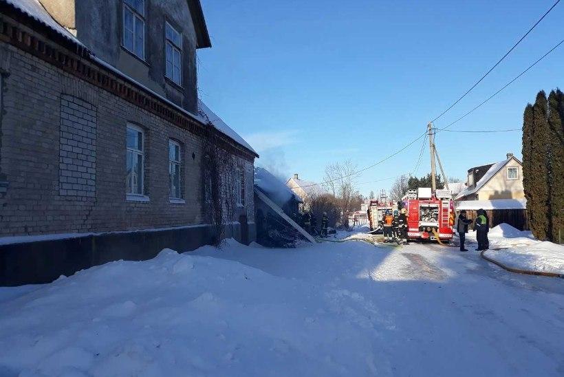 FOTOD   Peipsiääres põles maatasa elumaja, mis süttis hooldamata korstnast