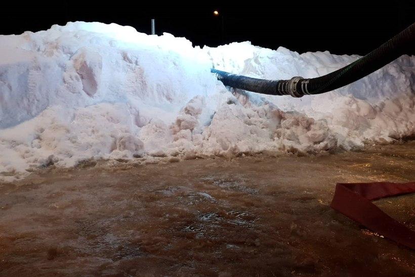 FOTOD | Maja leegitses, kuid päästjad pidid kulutama hinnalist aega, et tuletõrjehüdrandid lumest välja kaevata