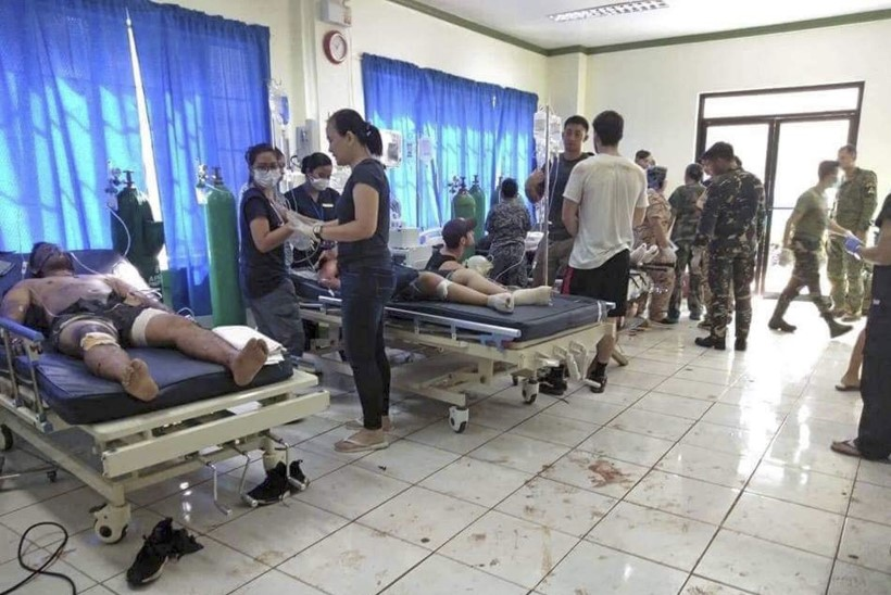 FOTOD | Filipiinide kirik sattus pommirünnaku alla