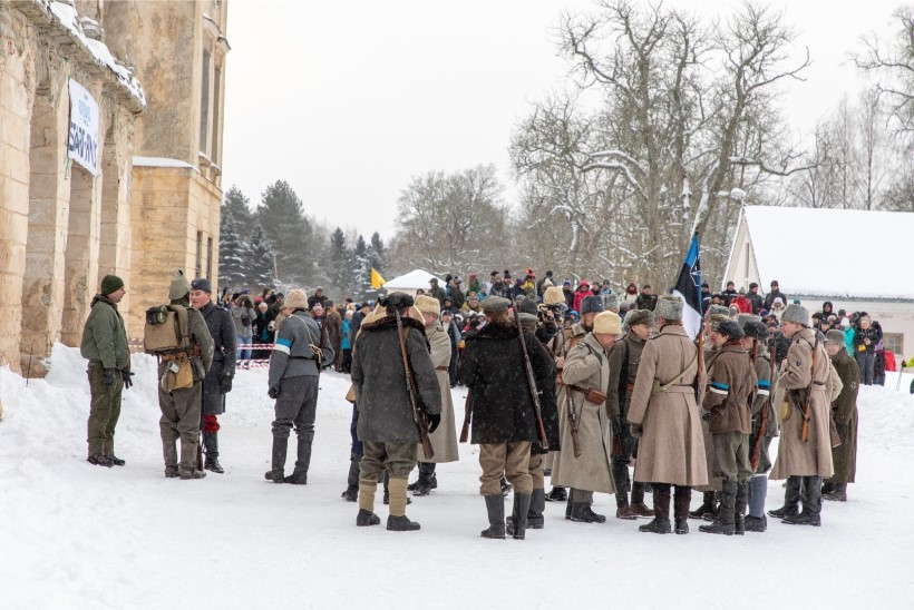 GALERII | Kolga mõisas etendati näidislahingut ja marsiti Vabadussõjas Eestile appi tõtanud soomlaste auks