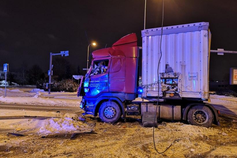 FOTOD | Suri üks Lasnamäel veoauto ja liinibussi kokkupõrkes viga saanud reisija