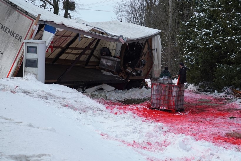 EHMATAV VAATEPILT: Jõgevamaal sõitis teisipäeval teelt välja kemikaale vedanud veok