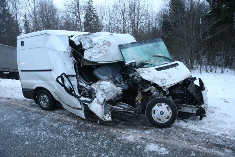 FOTOD   Jõgevamaal hukkus raskes liiklusõnnetuses kaks meest. Veokijuht: 54 aastat avariideta ja nüüd selline mats