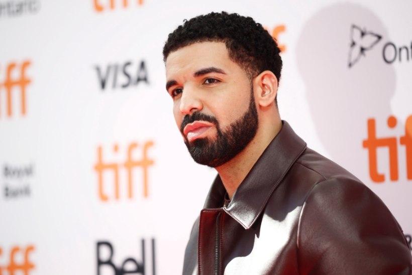 VIDEO | Drake suudles laval 17aastast fänni