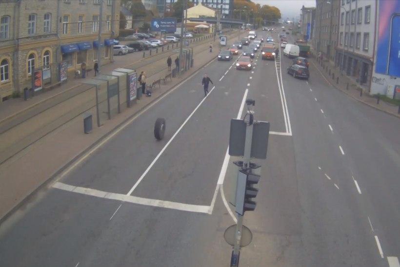 TÄNAVAKAAMERA VIDEO | Noormees peatab tiheda liiklusega teel veokilt ära tulnud ratta