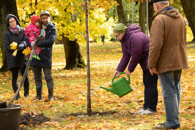 GALERII | Tallinnasse istutati metastaatilise rinnavähi põdejate toetuseks pihlapuu