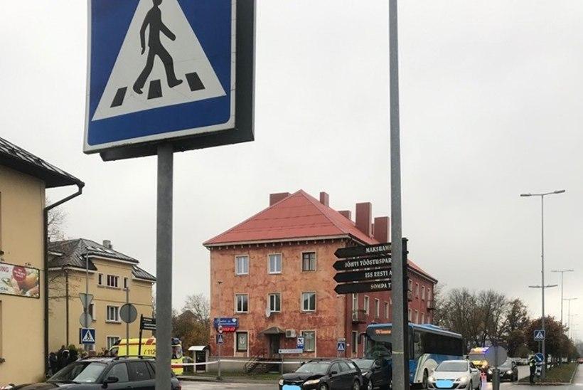 FOTOD | Jõhvis põrkasid kokku buss ja kolm sõiduautot