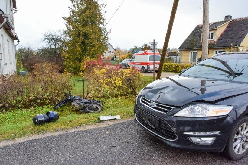 VIDEO JA GALERII | Sõiduauto ja mopeedi kokkupõrkes sai viga kaks inimest