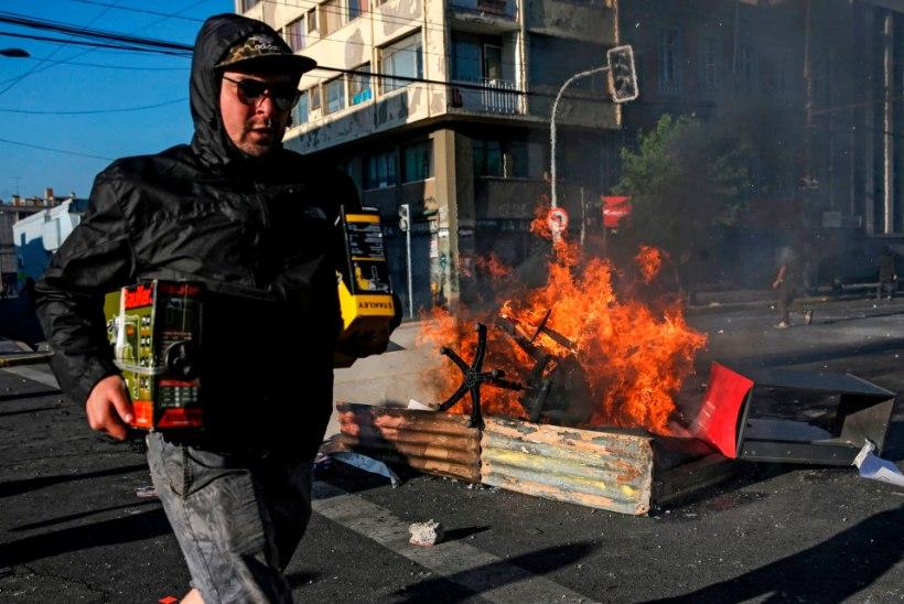RAHUTUSED TŠIILIS: meeleavaldajad süütasid vabriku, hukkus 11 inimest