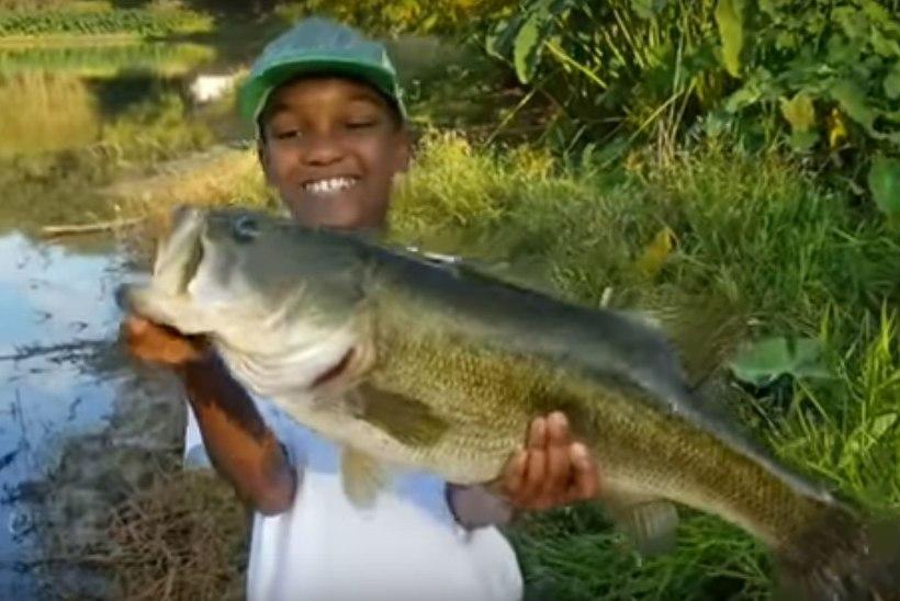VIDEO | Südantsoojendav: vaata, kuidas poiss oma elu suurima kala tagasi vette laseb