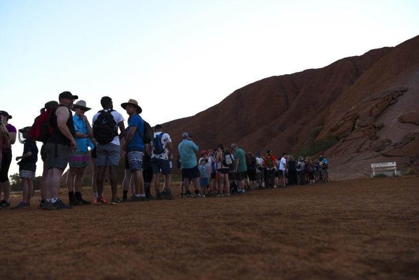 PÕLISRAHVAS HINGAB KERGENDATULT: laupäevast turistid enam püha mäge ei tülita