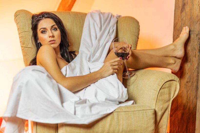 Seksikat poetessi Nete Tiitsaart kimbutavad sotsiaalmeedias tiirased mehed: mulle pakuti pornofilmis osalemise eest 1250 eurot