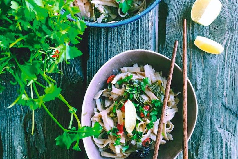 Kiirelt valmiv ja soojendav õhtusöök: taipärane riisinuudlivokk kanaga