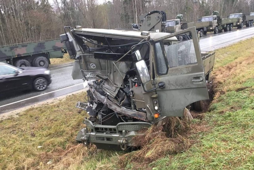 FOTOD   Põlvamaal rammis kaitseväe veok kaks sõidukit kraavi