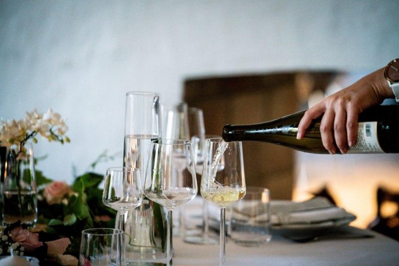 LUGEJA KÜSIB | Kas 16aastane tohib öösel restoranis alkoholi müüa?