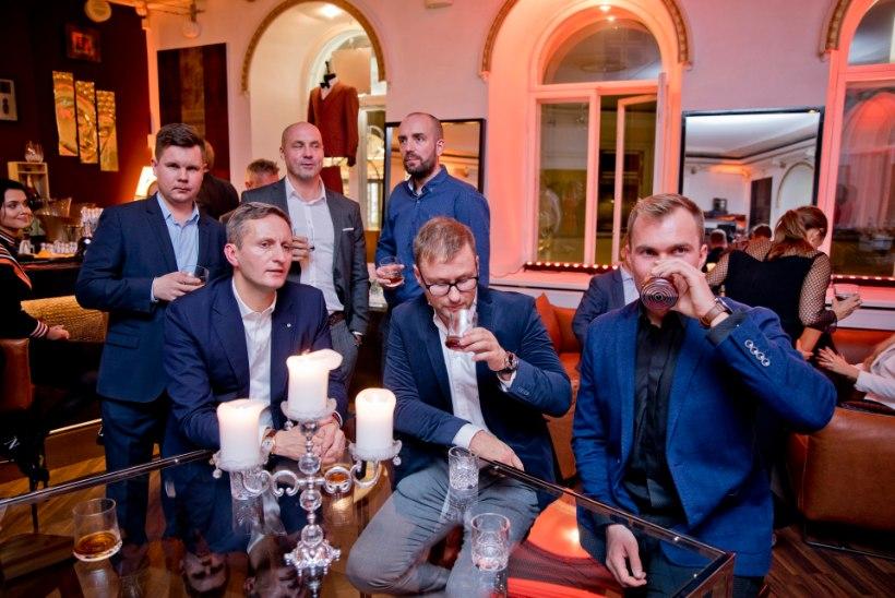 GALERII | Hubane õhtupoolik D'Boiss eliitklubis mehelikus seltskonnas koos kaunite naistega
