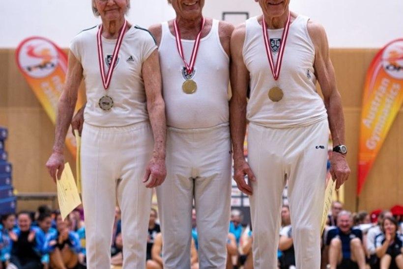 LÕBUS FOTO | VÕIMLEN KUNI URNINI! Pensionieas vanahärrad poseerisid poodiumil