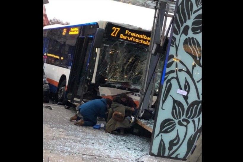 FOTOD JA VIDEO | Raske bussiõnnetus Saksamaal: 21 inimest sai viga