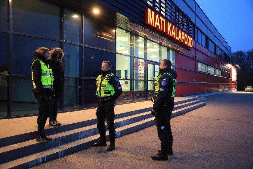 FOTOD   TÄIELIK TSIRKUS: M.V.Wool ei lasknud toiduametit tehasesse, kohale kutsuti politsei