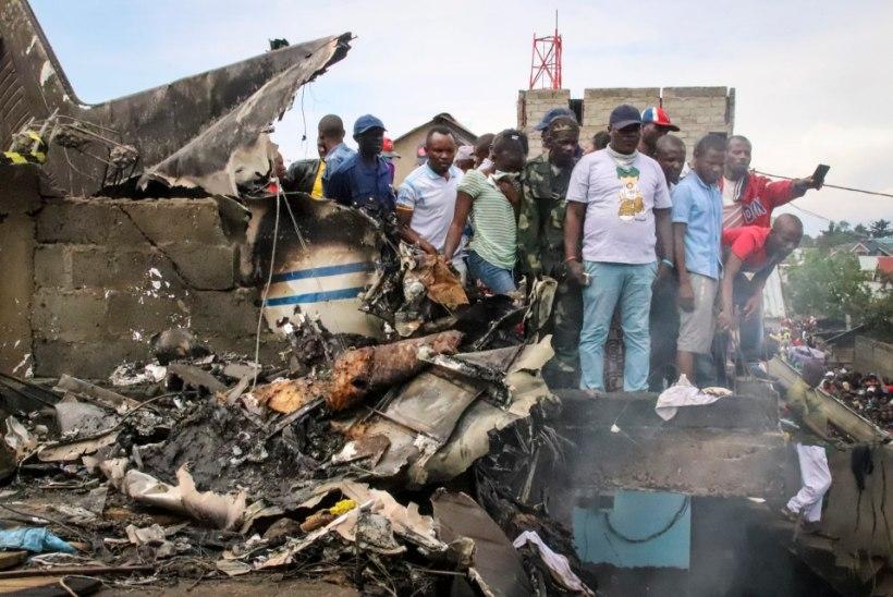 Kongo elamurajoonis kukkus alla reisilennuk