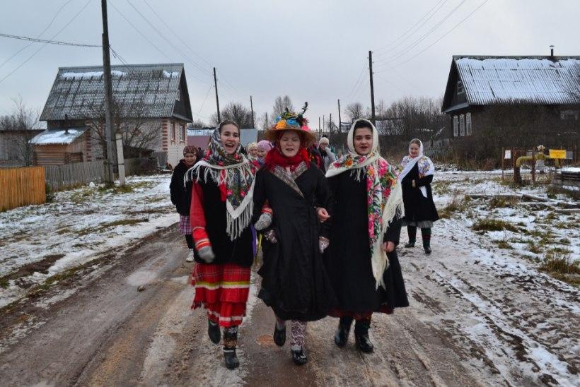 PÕNEV TRADITSIOON | Udmurtide sanditajad tulevad kaelas rippuvate köögiviljade ja erootilise alatooniga lauludega