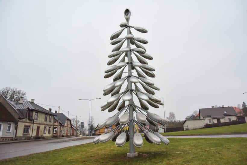 FOTOD | Viljandis püstitati taas tänavalampidest jõulupuu