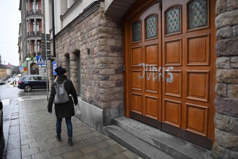 FOTOD JA VIDEO   Vihased Malmö fännid vandaalitsesid Ibrahimovici kuju ja korteri kallal