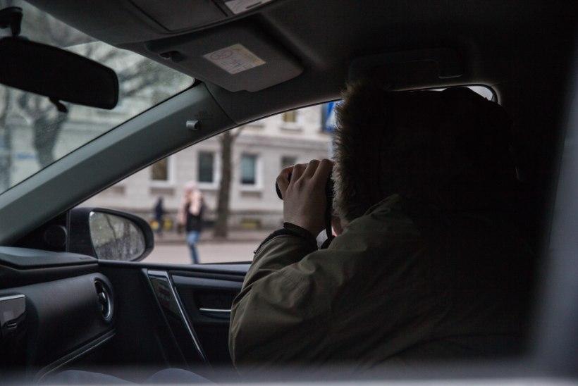 PIRITAL LUUSIB LIPUTAJA: mees sõidab autoga ja demonstreerib naistele oma meheau