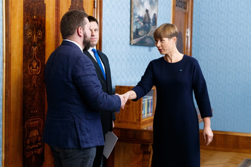 PILTUUDIS | President Kersti Kaljulaid näitab soenguvärskendust