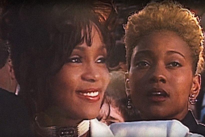 Whitney Houstoni südamesõbratar kinnitab, et nende suhe oli füüsiline