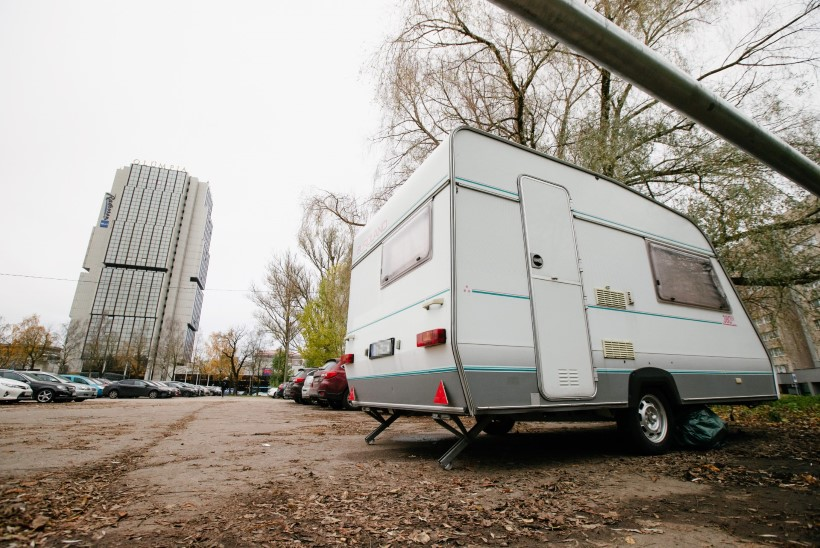 UUS ELANIK? Tallinna kesklinna parklas seisab juba mitu päeva karavan