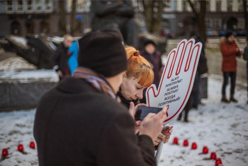 GALERII | Tallinnas süüdati AIDSi-ohvrite mälestuseks küünlad