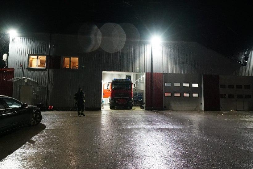 FOTOD | Tugevad tormituuled lõhkusid Järvakandi komando katuse