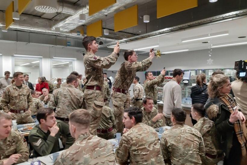 GALERII | Peaministri serveeritud lõunasöök: Boris Johnson soovis sõduritele ilusaid jõulupühi