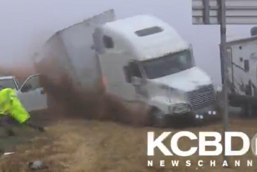 VIDEO   Õnnelik õnnetus: veoautojuht kaotab udusel teel masina üle kontrolli ja paiskub teelt välja kedagi tõsiselt vigastamata