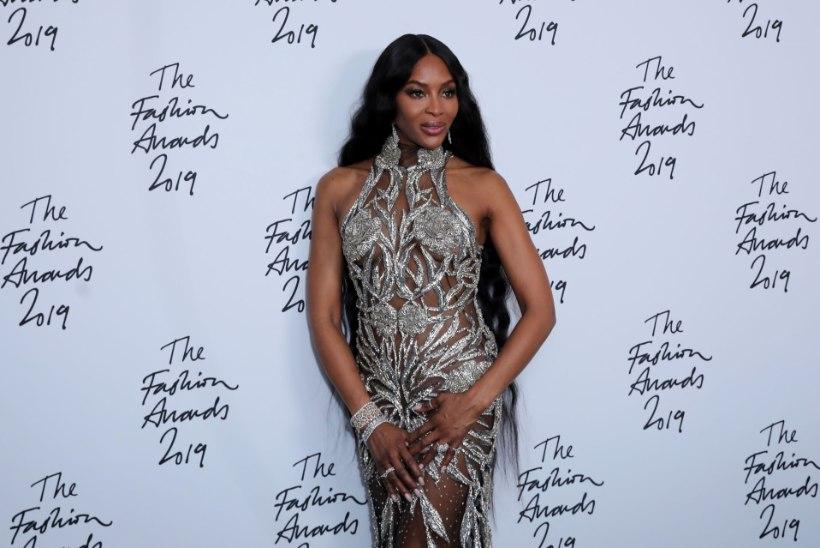 Naomi Campbell ilmus moegalale peaaegu läbipaistvas kleidis