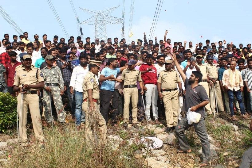 RAHVAS JUUBELDAB: India politseinikud lasid maha neli grupivägistajat