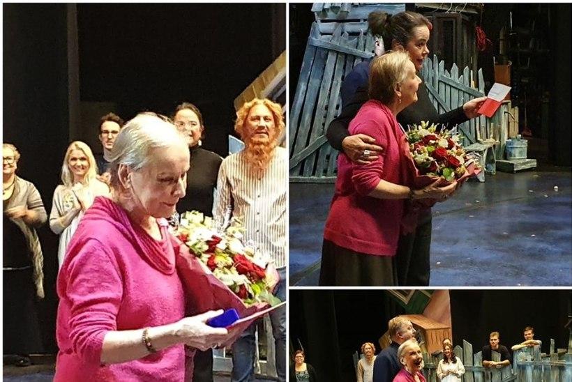 FOTOD | 55 AASTAT LAVAL! Kolleegid õnnitlesid Helgi Sallot lillesülemite ja kallistustega