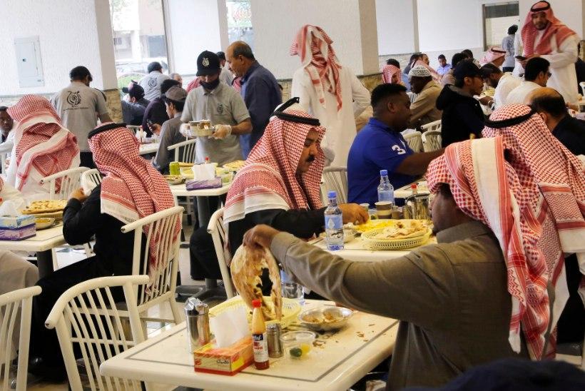 SIIA PERED, SIIA VALLALISED MEHED: Saudi Araabia lõpetab soolise eraldatuse restoranides