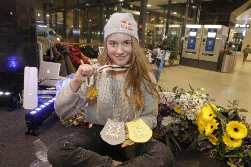 GALERII | Maailmameister Kelly Sildaru võeti lennujaamas pidulikult vastu